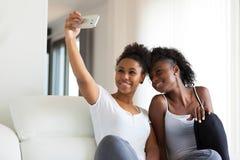Afrikaanse Amerikaanse tieners die een selfiebeeld met een sm nemen Royalty-vrije Stock Foto