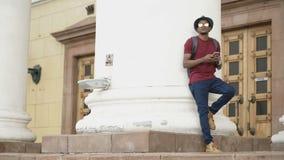 Afrikaanse Amerikaanse toeristenmens die online sociale media met smartphone surfen terwijl het reizen in Europa stock video