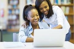 Afrikaanse Amerikaanse universiteitsmeisjes royalty-vrije stock afbeelding