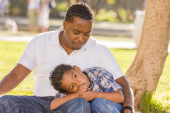 Afrikaanse Amerikaanse Vader die over Zijn Zoon ongerust wordt gemaakt Royalty-vrije Stock Foto's