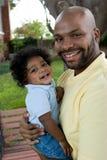 Afrikaanse Amerikaanse vader en zijn kleine jongen stock afbeeldingen
