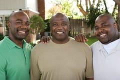 Afrikaanse Amerikaanse vader en zijn volwassen zonen stock foto's