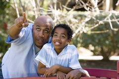 Afrikaanse Amerikaanse vader en zoons het besteden tijd samen stock fotografie