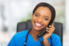 Afrikaanse Amerikaanse Verpleegster en Pillen stock afbeelding