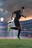 Afrikaanse Amerikaanse Voetballer die Terugslag uitvoeren Stock Foto