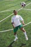 Afrikaanse Amerikaanse voetballer opleiding met bal Royalty-vrije Stock Fotografie