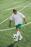 Afrikaanse Amerikaanse voetballer opleiding met bal Stock Afbeelding