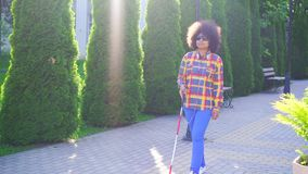 Afrikaanse Amerikaanse vrouw blind met een afrokapsel stock videobeelden