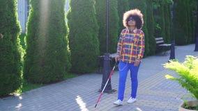 Afrikaanse Amerikaanse vrouw blind met langzame mo van het afrokapsel stock videobeelden
