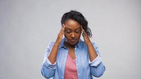Afrikaanse Amerikaanse vrouw die aan hoofdpijn lijden stock videobeelden