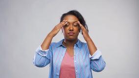 Afrikaanse Amerikaanse vrouw die aan hoofdpijn lijden stock footage