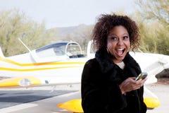 Afrikaanse Amerikaanse vrouw die bij de luchthaven wacht Royalty-vrije Stock Foto's