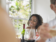 Afrikaanse Amerikaanse Vrouw die bij Lijst glimlachen Stock Fotografie