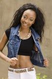Afrikaanse Amerikaanse vrouw die denimjasje dragen Royalty-vrije Stock Foto