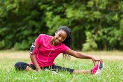 Afrikaanse Amerikaanse vrouw die jogger - Geschiktheid, mensen uitrekken zich en royalty-vrije stock afbeeldingen