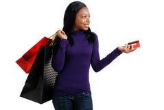 Afrikaanse Amerikaanse vrouw die met creditcard winkelt Stock Fotografie