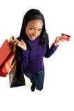 Afrikaanse Amerikaanse vrouw die met creditcard winkelt Royalty-vrije Stock Afbeelding