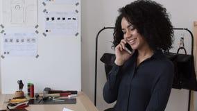 Afrikaanse Amerikaanse vrouw die in ontwerpstudio werken stock videobeelden