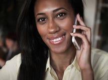 Afrikaanse Amerikaanse vrouw die op een mobiele telefoon spreken - Zwarte mensen royalty-vrije stock foto's