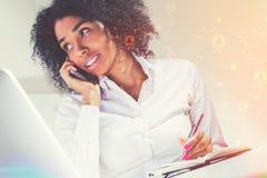Afrikaanse Amerikaanse vrouw op telefoon, netwerk stock afbeelding