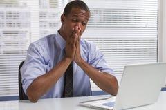 Afrikaanse Amerikaanse zakenman bij bureau met horizontale computer, Royalty-vrije Stock Afbeeldingen