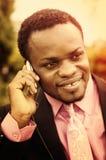 Afrikaanse Amerikaanse zakenman die aan de telefoon spreken Royalty-vrije Stock Afbeeldingen