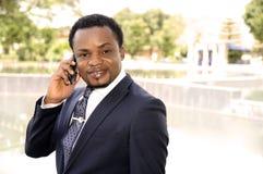 Afrikaanse Amerikaanse zakenman die aan de telefoon spreken Stock Fotografie