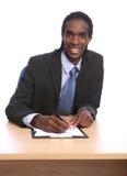 Afrikaanse Amerikaanse zakenman die document ondertekent Stock Afbeelding