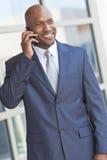 Afrikaanse Amerikaanse Zakenman die op de Telefoon van de Cel spreekt stock fotografie