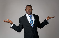 Afrikaanse Amerikaanse zakenman die in verwarring gebracht kijkt stock afbeelding