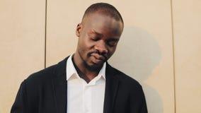 Afrikaanse Amerikaanse zakenman in een kostuum tellend geld en het tonen van geld in de camera Hij die zijn succesvol vieren stock videobeelden
