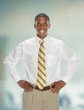 Afrikaanse Amerikaanse Zakenman With Hands op Heupen Royalty-vrije Stock Foto
