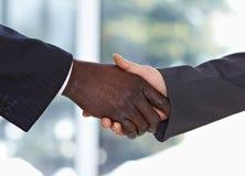 Afrikaanse Amerikaanse zakenman het schudden handen royalty-vrije stock afbeelding