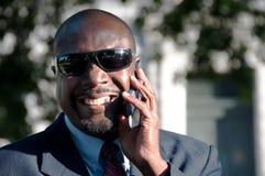 Afrikaanse Amerikaanse Zakenman op Cellphone Stock Foto's