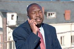 Afrikaanse Amerikaanse Zakenman op Cellphone Royalty-vrije Stock Afbeeldingen