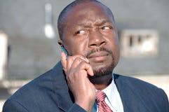 Afrikaanse Amerikaanse Zakenman op Cellphone Stock Afbeelding