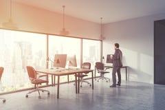 Afrikaanse Amerikaanse zakenman in panoramisch bureau Stock Fotografie