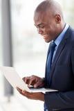 Afrikaanse Amerikaanse zakenmanlaptop computer Royalty-vrije Stock Foto's