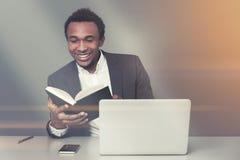 Afrikaanse Amerikaanse zakenmanlezing royalty-vrije stock fotografie