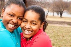 Afrikaanse Amerikaanse zusters en het beste vrienden lachen Stock Afbeeldingen