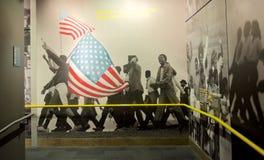 Afrikaanse Amerikanen die het tentoongestelde voorwerp van de muurmuurschildering binnen het Nationale Burgerrechtenmuseum marche royalty-vrije stock afbeeldingen