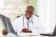 Afrikaanse arts in bureau royalty-vrije stock afbeelding