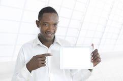 Afrikaanse bedrijfsmens die tabletpc voorstellen Royalty-vrije Stock Afbeeldingen