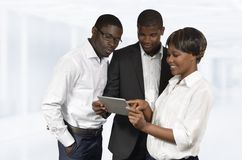 Afrikaanse Bedrijfsmensen die met Tabletpc bespreken Stock Afbeelding