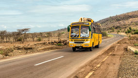 Afrikaanse bus die van Arusha naar Namanga, Tanzania reizen Stock Afbeelding