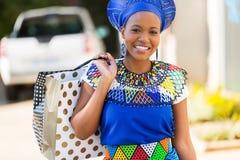 Afrikaanse damewandelgalerij Stock Fotografie