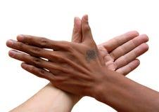 Afrikaanse en Kaukasische verenigde hand Royalty-vrije Stock Foto