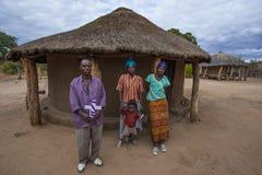 Afrikaanse familie buiten huis Stock Foto
