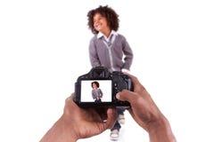 Afrikaanse fotograaf die studiobeelden neemt royalty-vrije stock fotografie