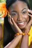 Afrikaanse Gele Vrouw: Glimlachend en Gelukkig Gezicht Royalty-vrije Stock Fotografie